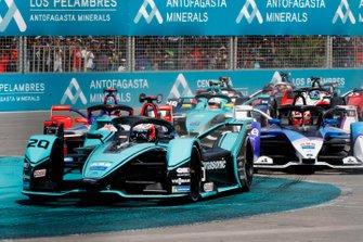 Старт гонки: впереди Митч Эванс, Jaguar Racing, Jaguar I-Type 4