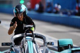 Pit stop for James Calado, Jaguar Racing, Jaguar I-Type 4
