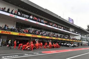 Sebastian Vettel, Ferrari SF90, y Charles Leclerc, Ferrari SF90, son devueltos al garaje