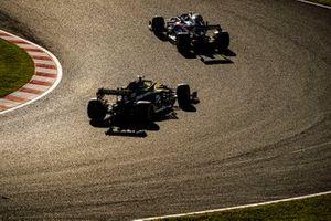 Pierre Gasly, Toro Rosso STR14, precede Nico Hulkenberg, Renault F1 Team R.S. 19