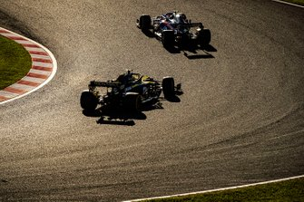 Pierre Gasly, Toro Rosso STR14, devant Nico Hulkenberg, Renault F1 Team R.S. 19