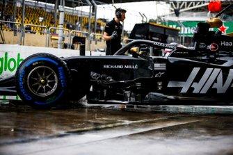 Romain Grosjean, Haas F1 Team VF-19, lascia il garage