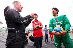 Ведущий Sky TV Мартин Брандл, гонщик Ferrari Себастьян Феттель и Бруно Сенна