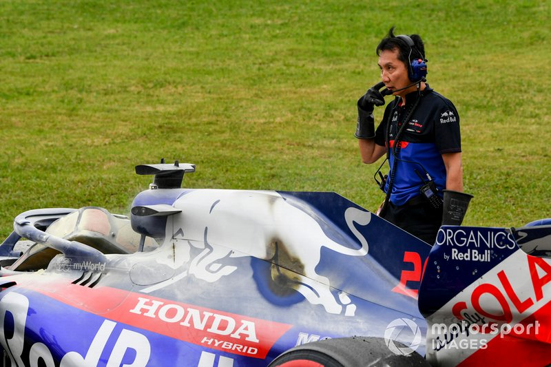 Car of Daniil Kvyat, Toro Rosso STR14 being recovered by engineers