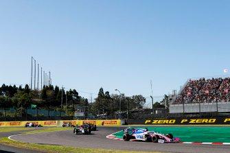 Sergio Perez, Racing Point RP19, precede Antonio Giovinazzi, Alfa Romeo Racing C38