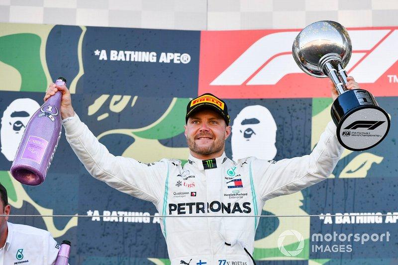 Valtteri Bottas, Mercedes AMG F1, primo classificato, sul podio con il trofeo e lo Champagne
