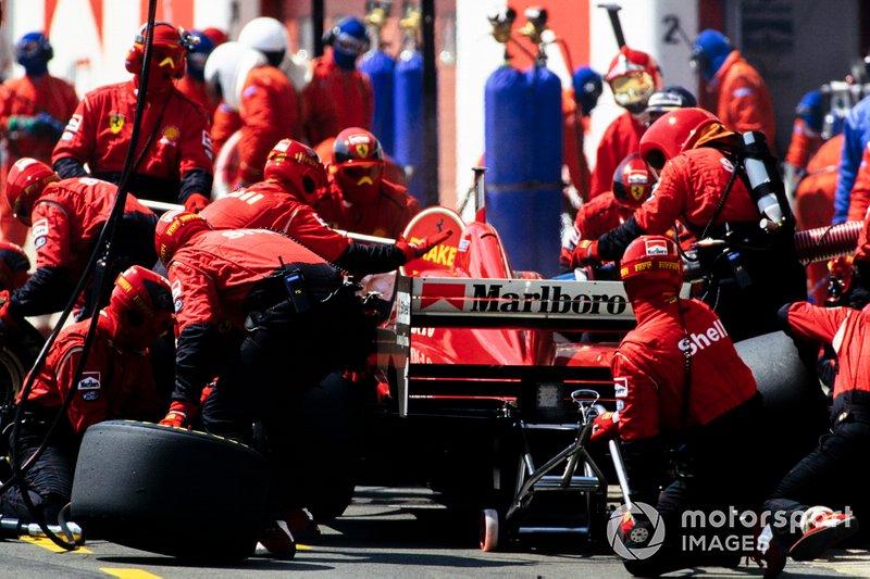 …но секрет Ferrari вскоре раскрылся – команда запланировала на гонку два пит-стопа против одного у соперников. В ту пору в Ф1 еще были дозаправки, и машина Михаэля могла ехать на первом отрезке быстрее из-за меньшего веса топлива