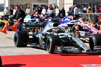 Le deuxième, Lewis Hamilton, Mercedes AMG F1 W10, arrive dans le Parc Fermé