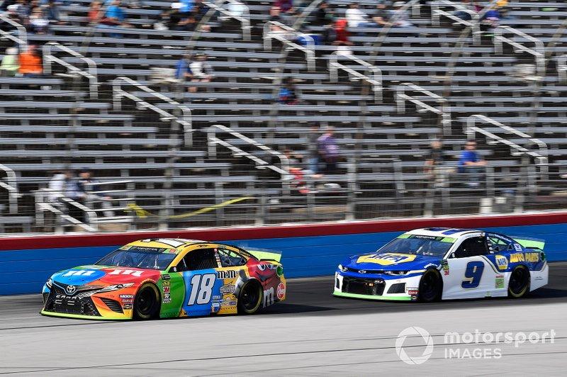 Kyle Busch, Joe Gibbs Racing, Toyota Camry M&M's and Chase Elliott, Hendrick Motorsports, Chevrolet Camaro NAPA AUTO PARTS