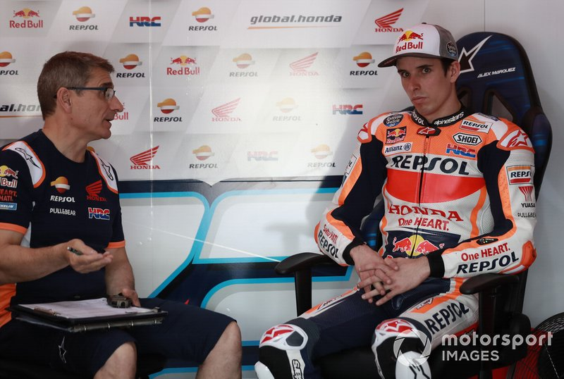 Ramón Aurín, técnico de HRC, habla con Alex Márquez durante un entrenamiento