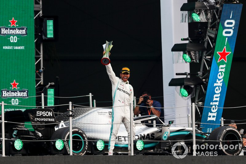 Race winner Lewis Hamilton, Mercedes AMG F1 on the podium with the trophy
