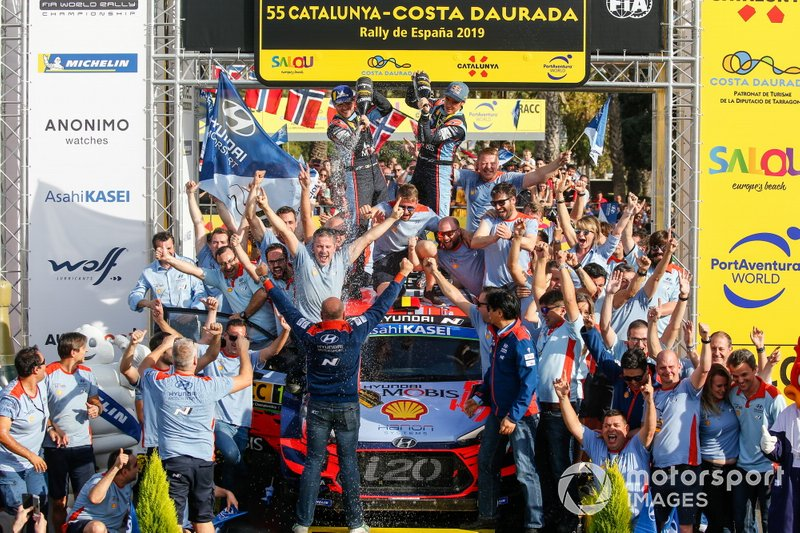 Winner Thierry Neuville, Nicolas Gilsoul, Hyundai Motorsport Hyundai i20 Coupe WRC with the team