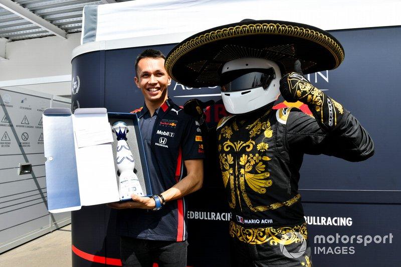 Mario Achi, Promoter del GP del Messico, porge ad Alex Albon, Red Bull Racing una bottiglia di tequila