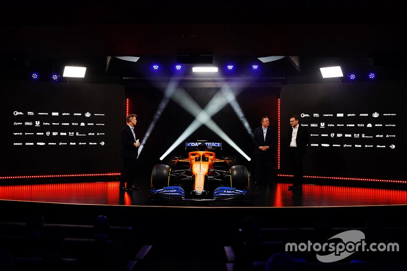 Исполнительный директор McLaren Зак Браун, руководитель команды Андреас Зайдль и ведущий Саймон Лазенби