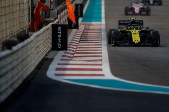 Nico Hulkenberg, Renault F1 Team R.S. 19, en Sergio Perez, Racing Point RP19