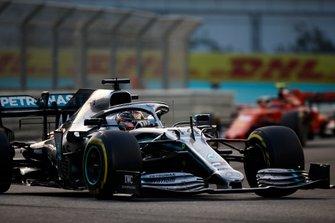 Lewis Hamilton, Mercedes AMG F1 W10, devant Charles Leclerc, Ferrari SF90