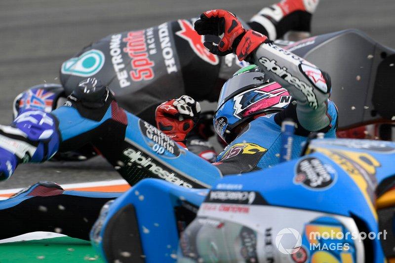 Алонсо Лопес в момент завала на гонке Moto3 в Валенсии