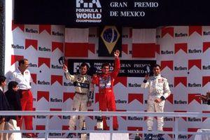 Podio: il proprietario del team McLaren Ron Dennis, secondo classificato Riccardo Patrese, Williams, il vincitore della gara Ayrton Senna, McLaren, Michele Alboreto, Lola, al GP del Messico del 1989