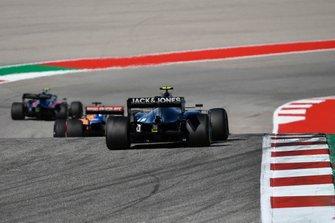 Карлос Сайнс, McLaren MCL34, и Кевин Магнуссен, Haas F1 Team VF-19