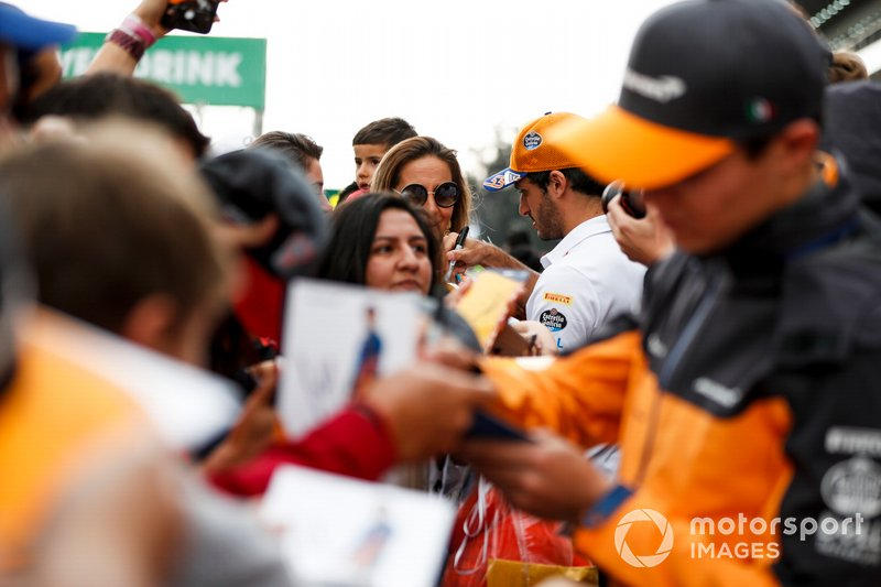 Carlos Sainz Jr., McLaren firma un autógrafo para un fan