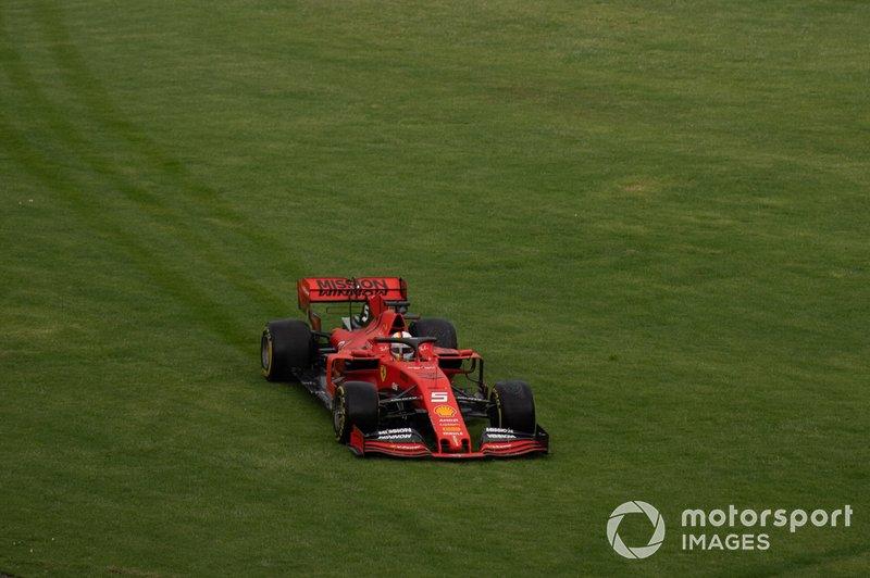 Sebastian Vettel, Ferrari SF90, por la hierba