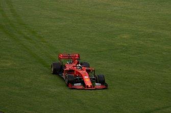 Sebastian Vettel, Ferrari SF90, passe dans l'herbe