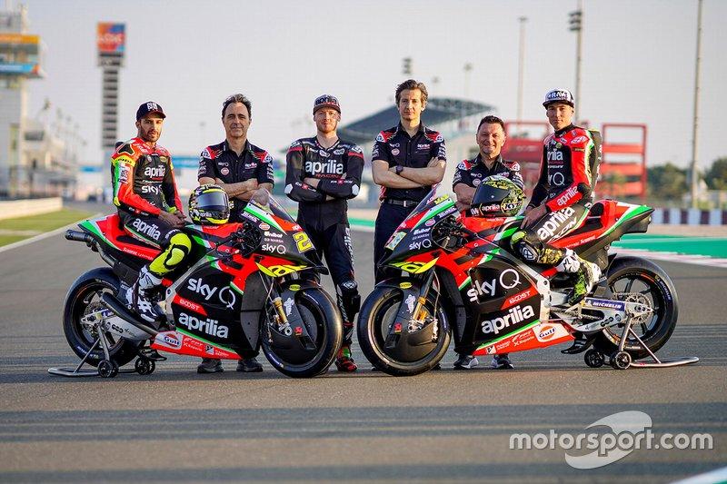 Andrea Iannone, Aleix Espargaro, Bradley Smith, Aprilia Racing Team Gresini con i membri del team