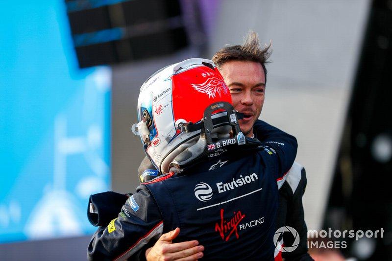 Andre Lotterer, Porsche congratulates race winner Sam Bird, Virgin Racing on the podium