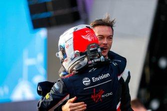 Andre Lotterer, Porsche felicita al ganador de la carrera Sam Bird, Virgin Racing en el podio