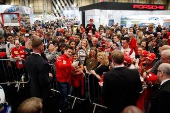 Charles Leclerc, Ferrari un selfie con un fan davanti al palco dell'Autosport