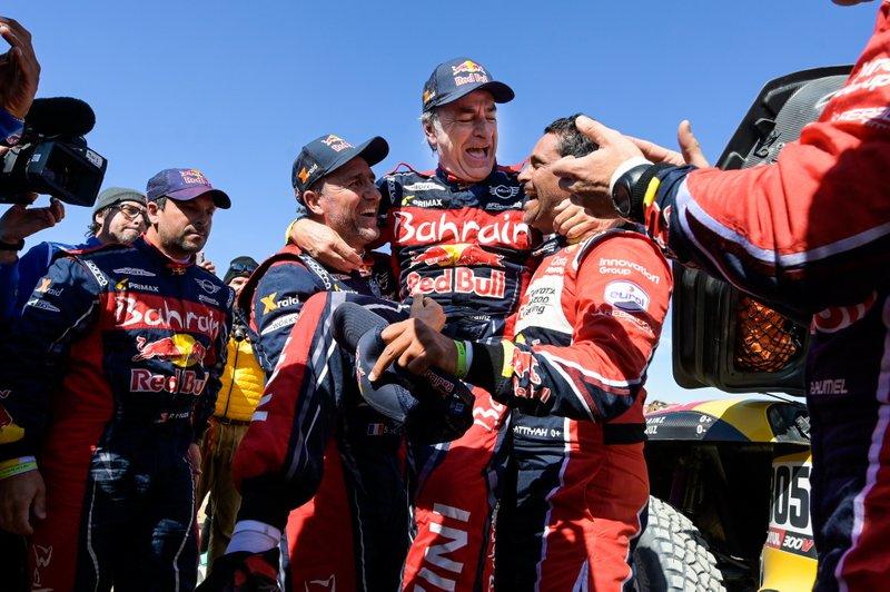 Победитель ралли «Дакар» Карлос Сайнс, Bahrain JCW X-raid Team, Mini JCW Buggy (№305), Стефан Петерансель, Bahrain JCW X-raid Team, и Нассер Аль-Аттия, Toyota Gazoo Racing