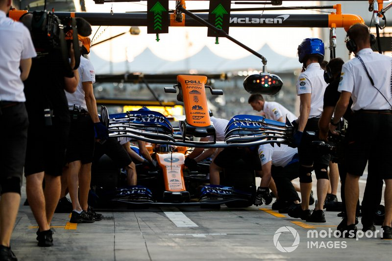 Carlos Sainz Jr., McLaren MCL34, makes a pit stop