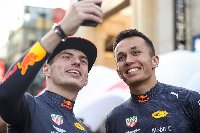 Гонщики Red Bull Racing Макс Ферстаппен и Александр Элбон