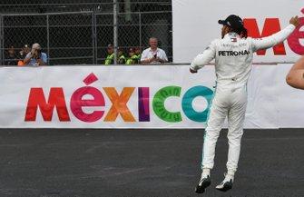Lewis Hamilton, Mercedes AMG F1, 1e plaats, viert zijn zege
