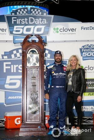 1. Martin Truex Jr., Joe Gibbs Racing, mit Freundin Sherry Pollex