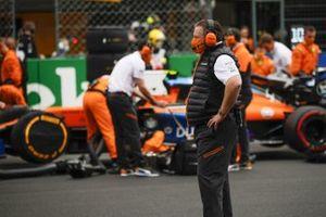 Zak Brown, CEO, McLaren Racing, en la parrilla