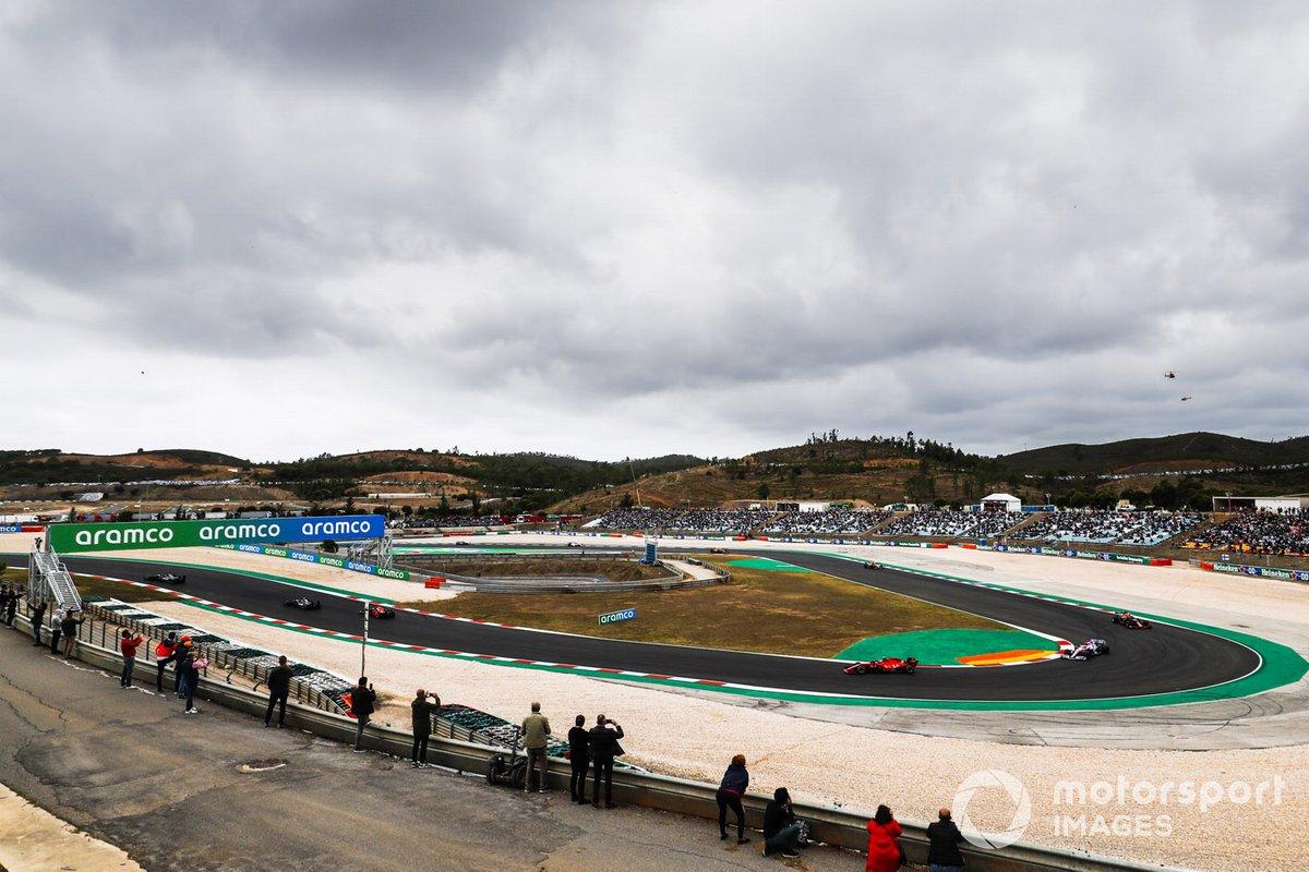 Lewis Hamilton, Mercedes F1 W11, Valtteri Bottas, Mercedes F1 W11, Max Verstappen, Red Bull Racing RB16,e il resto del gruppo alla partenza