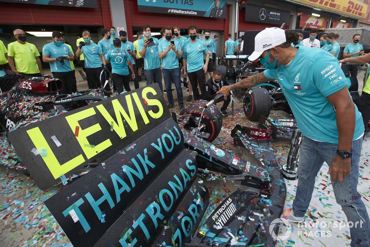 Lewis Hamilton, Mercedes-AMG F1, 1 ° posto, e il team Mercedes festeggiano dopo aver ottenuto un record del 7 ° titolo mondiale Costruttori