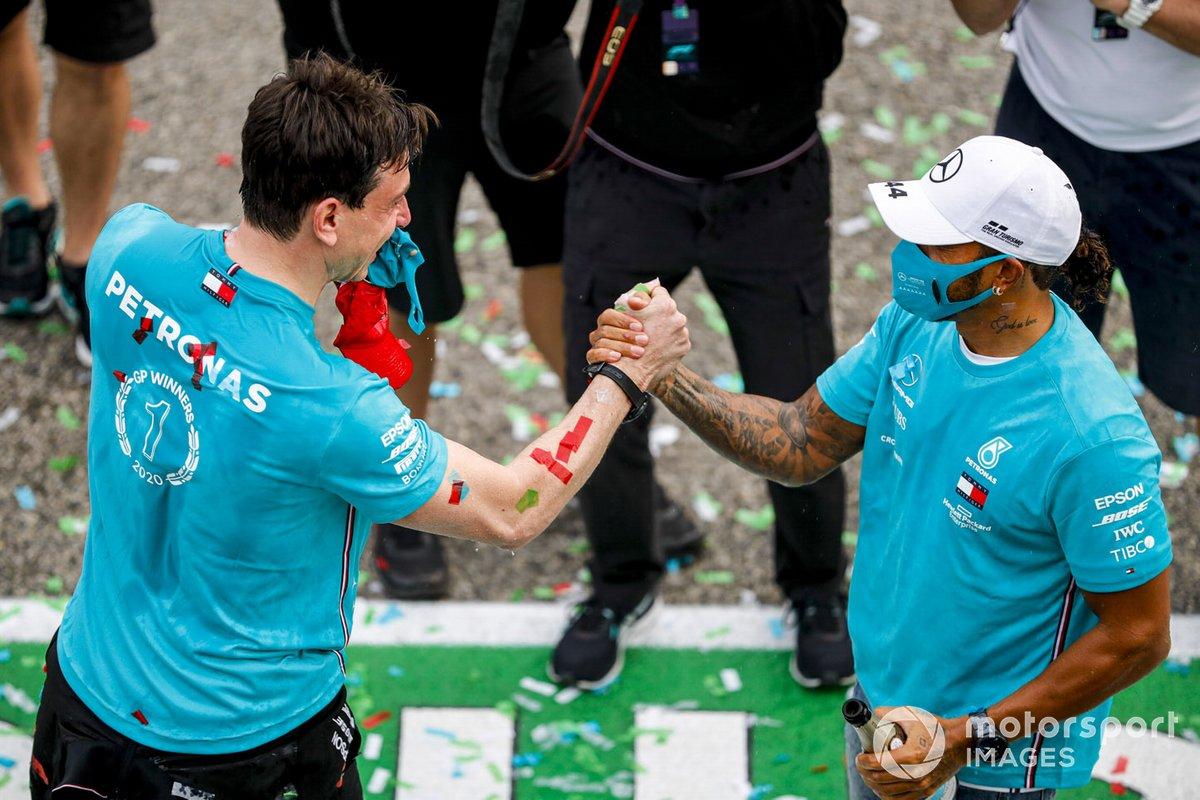 Toto Wolff, Direttore Esecutivo, Mercedes AMG, e Lewis Hamilton, Mercedes-AMG F1, 1 ° posto, festeggiano il settimo titolo consecutivo nel Campionato Costruttori