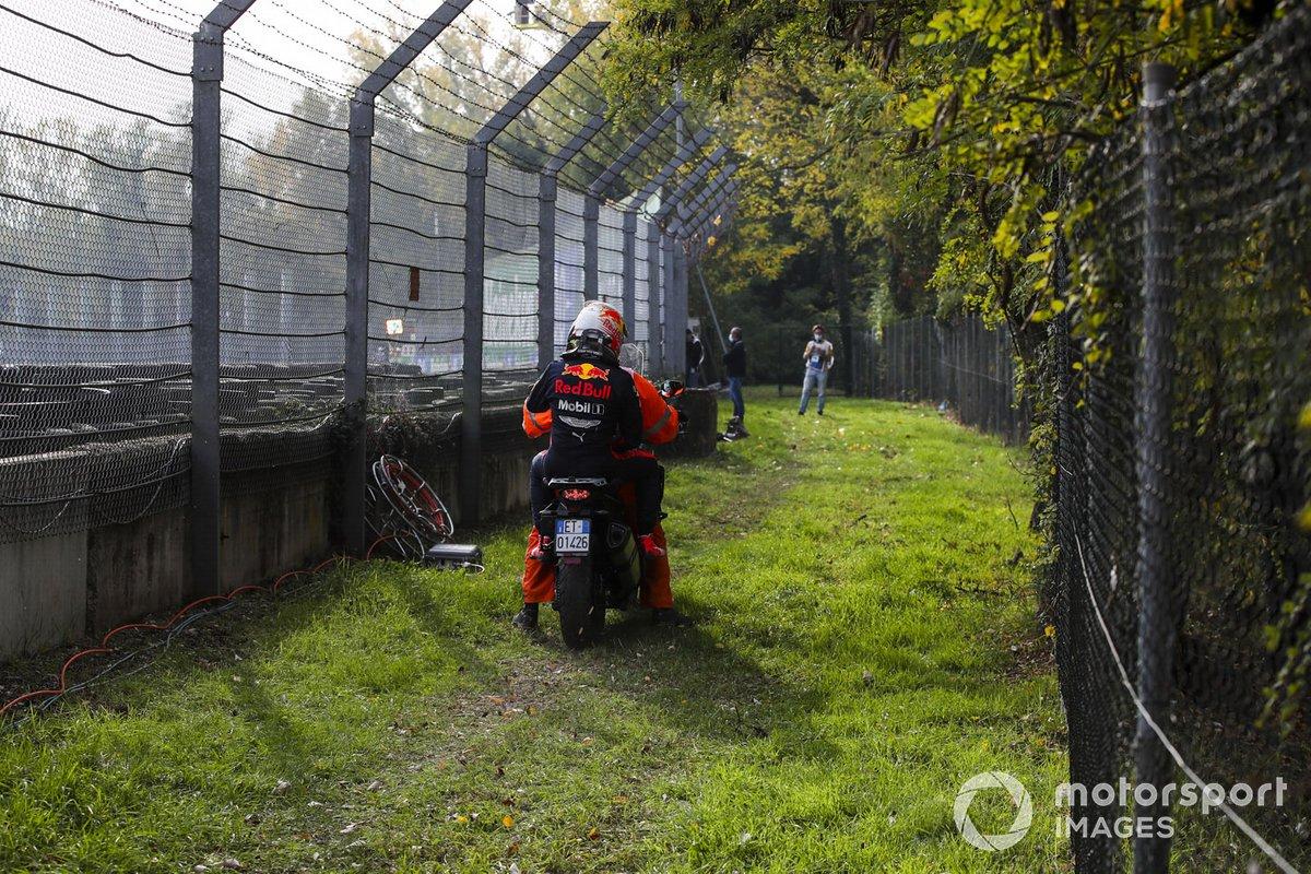 Max Verstappen, Red Bull Racing después de retirarse de la carrera