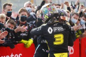 Ganador Lewis Hamilton, Mercedes-AMG F1, Tercer lugar Daniel Ricciardo, Renault F1 celebra en Parc Ferme