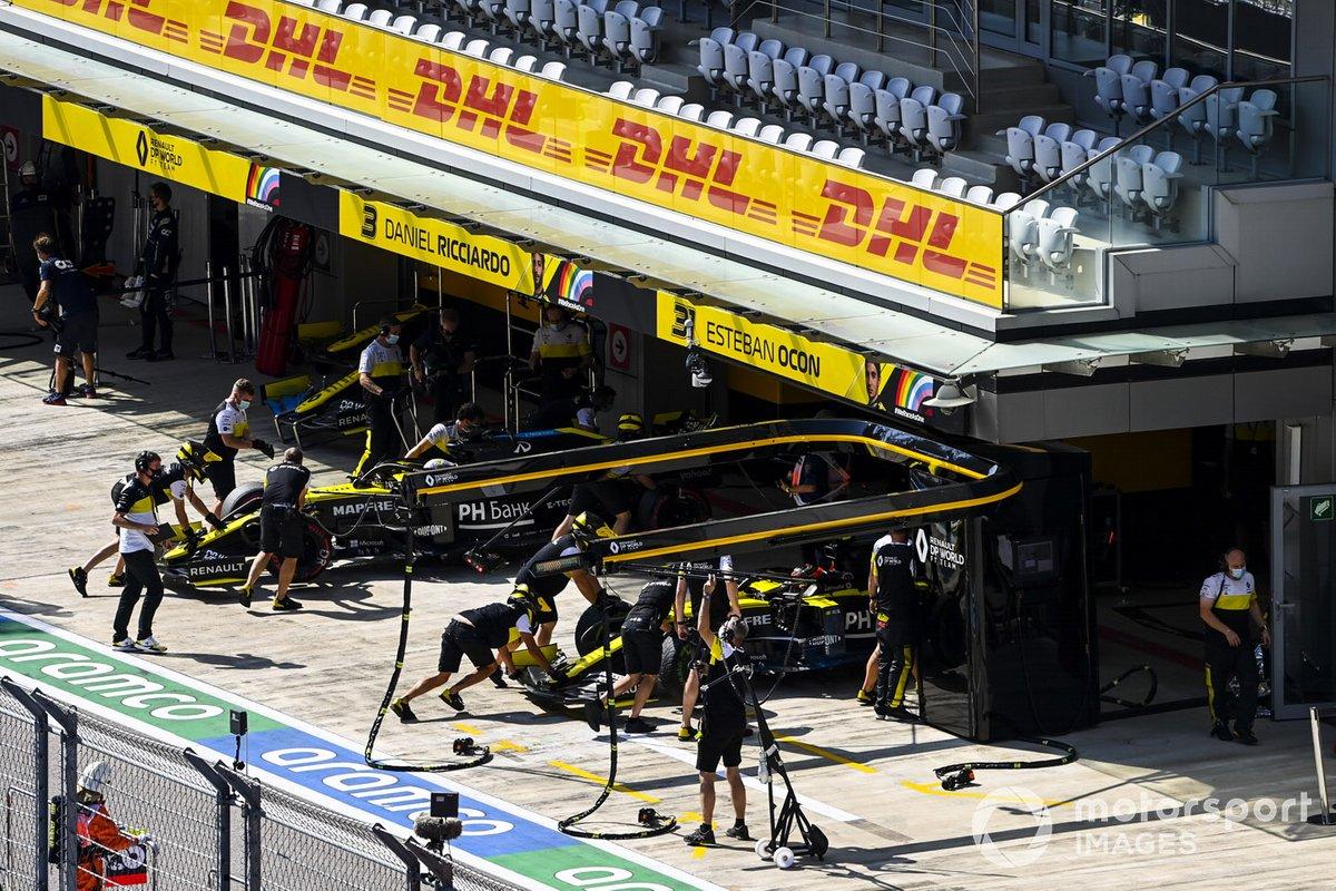 Daniel Ricciardo, Renault F1 Team R.S.20, e Esteban Ocon, Renault F1 Team R.S.20, torna nel garage
