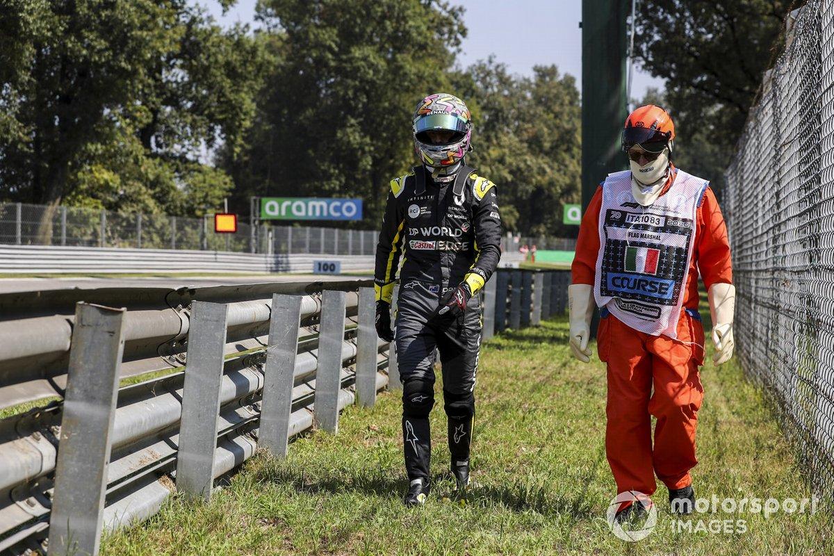 Daniel Ricciardo, Renault F1, regresa a su garaje después de un problema técnico en el FP3