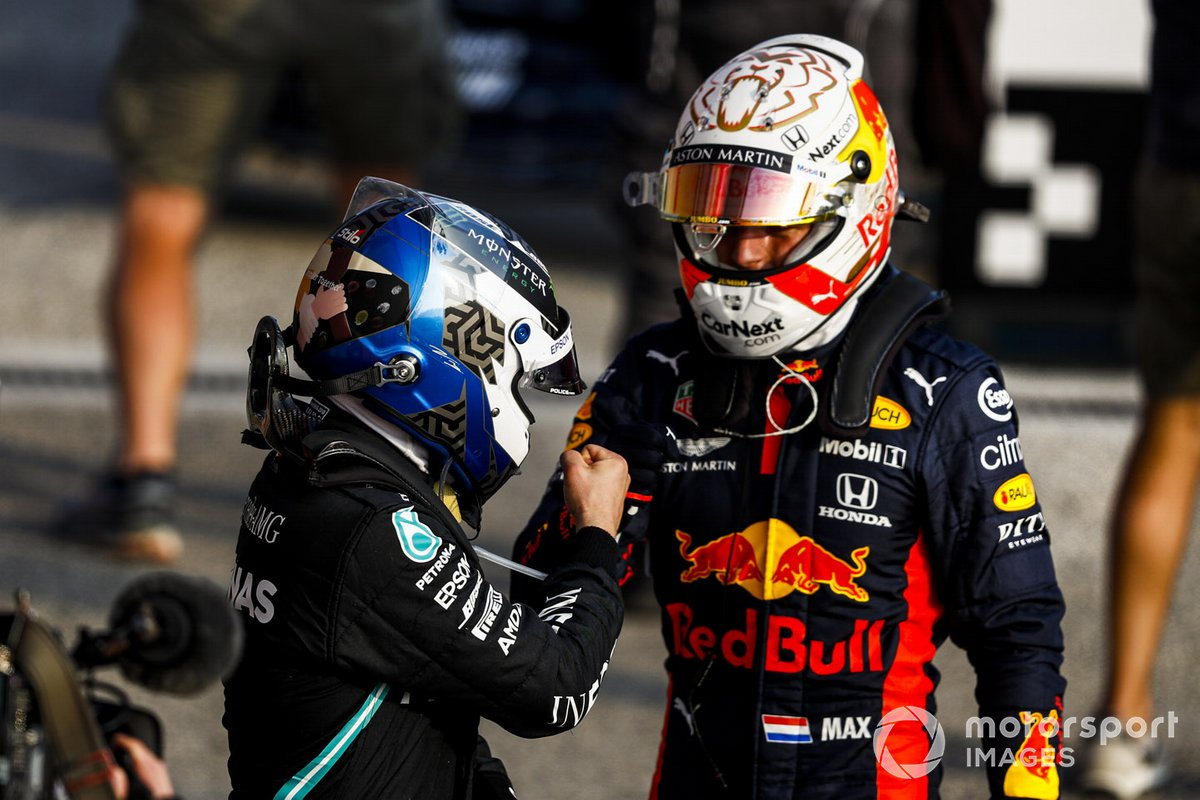 Ganador de la pole position Valtteri Bottas, Mercedes-AMG F1 y el tercero Max Verstappen, Red Bull Racing