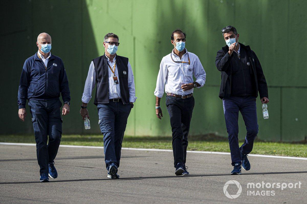 Michael Masi, Direttore di Gara, FIA percorre il circuito con i colleghi
