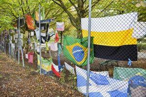 Le bandiere lungo la pista in tributo a Ayrton Senna