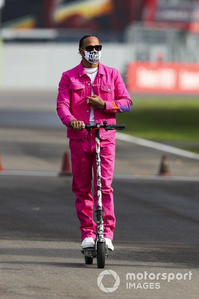 Льюис Хэмилтон, Mercedes-AMG F1, поездка по трассе на электросамокате