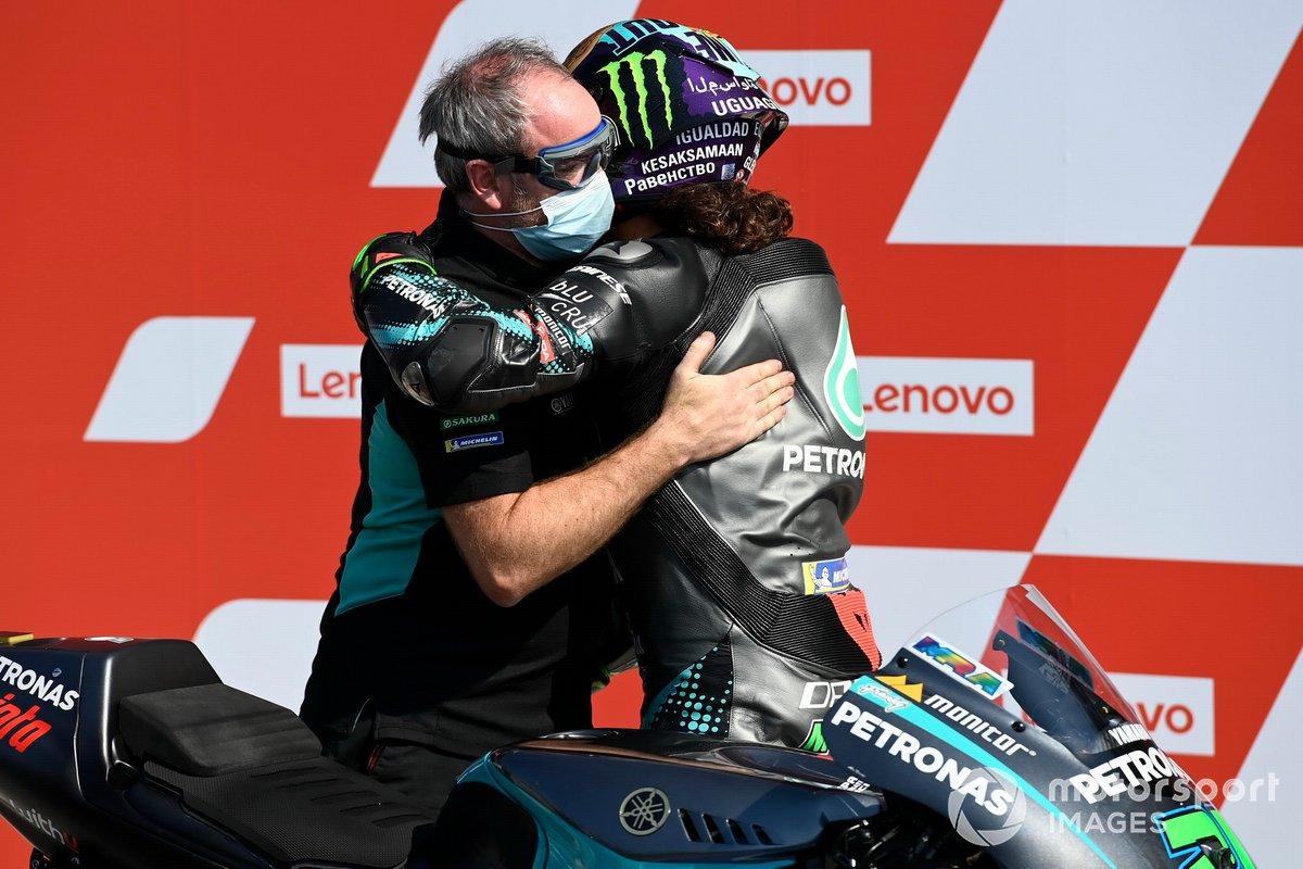 Franco Morbidelli y Ramón Forcada se funden en un abrazo el sábado en Misano