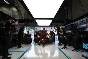 I meccanici della Mercedes riportano l'auto nel garage
