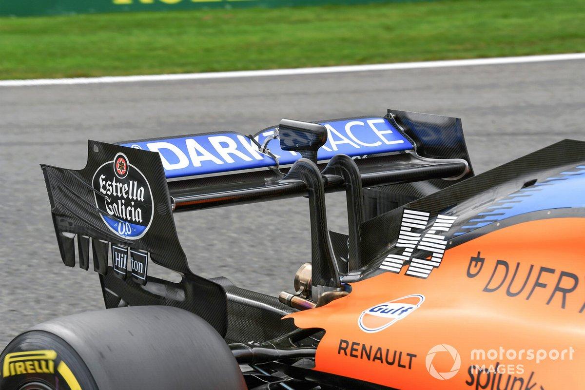El alerón trasero y el sensor DRS del monoplaza de Carlos Sainz Jr., McLaren MCL35